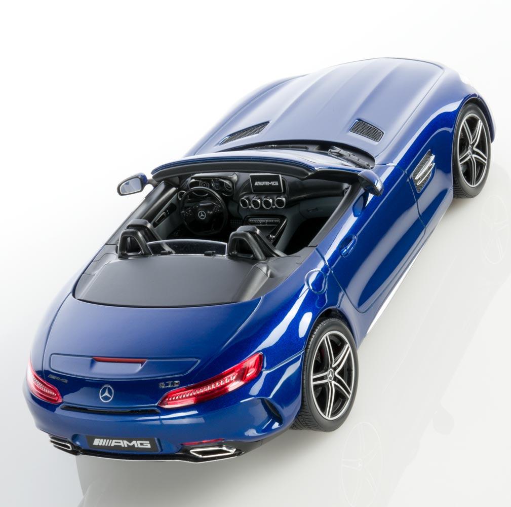 Модель автомобиля Mercedes-AMG GT C родстер, синий